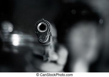 femme, vieux, pointer canon, une, sombre, arrière-plan noir, blanc, devant, main