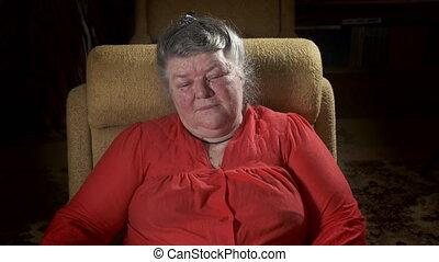 femme, vieux, regardant télé, fauteuil, 70, personnes agées, année