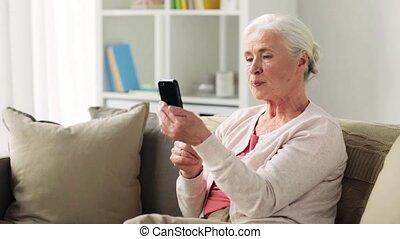 femme, vieux, smartphone, vidéo, bavarder, avoir