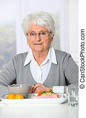 femme, vieux, soins, dîner, avoir, prêt, maison