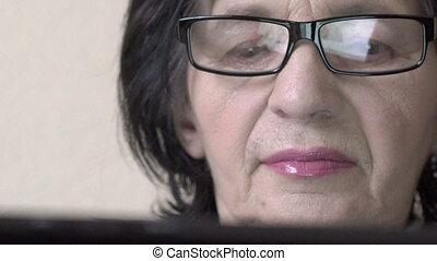 femme, vieux, tablet., figure, regarder, closeup, lentement, heureux
