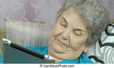 femme, vieux, tablette, informatique, utilisation, relâche