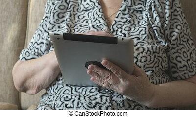 femme, vieux, tablette, photos, regarde, numérique