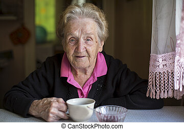femme, vieux, thé buvant
