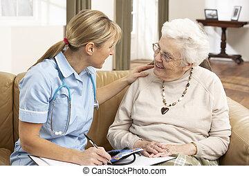 femme, visiteur, discussion, santé, maison, personne agee
