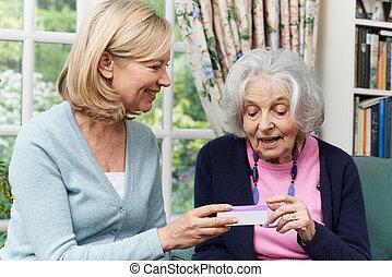 femme, voisin, portion, femme aînée, à, médicament