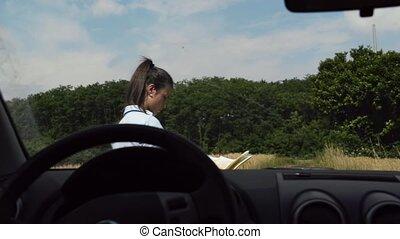 femme, voiture, chauffeur, perdu, dans, pays