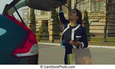femme voiture, coffre, sacs provisions, heureux