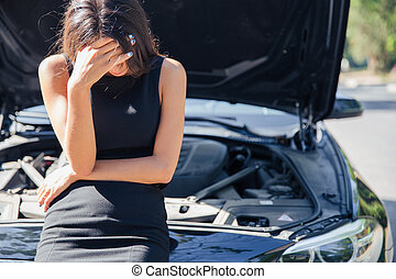 femme, voiture, debout, cassé