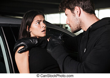 femme, voiture, effrayé, menacer, voleur, fusil, homme