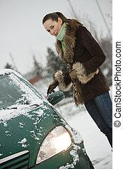 femme voiture, hiver, lavage