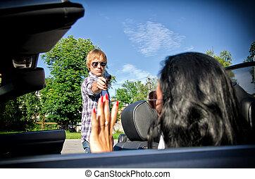 femme, voiture, menacer, fusil, jeune, bandit