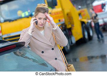 femme, voiture, suivant, bas, cassé, téléphoner, assurance