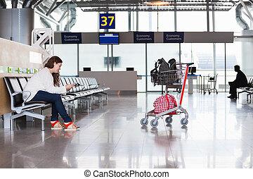 femme, vol, bagage, attente, salon, aéroport, hand-cart