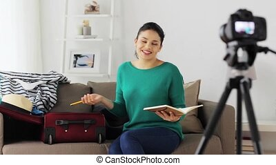 femme, voyage, enregistrement, sac, vidéo, maison