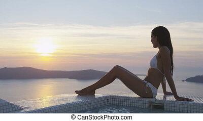 femme, voyage, santorini, mer, luxe, apprécier, bikini, coucher soleil, grèce
