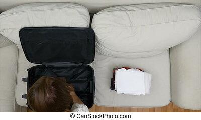 femme, voyage, timelapse, emballage, valise, vêtements