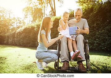 femme, wheelchair., séance, personnes agées, homme, girl., lap., vu, girl, homme, il