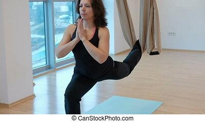 femme, yoga, elle, tient, mains, pied, hammock.