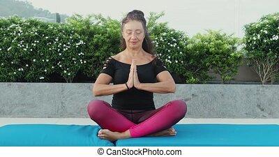 femme, yoga, jardin, lotus, dehors, mûrir, position