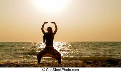 femme, yoga, jeune, plage coucher soleil, sablonneux