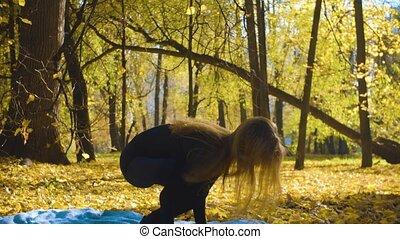 femme, yoga, parc, jeune, séduisant, exersices