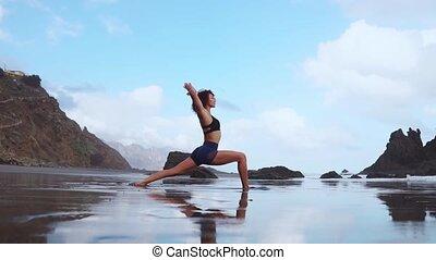 femme, yoga, sain, pratiquer, concept., jeune, mouvement, lent, manière vivre active, heureux, plage, sunset.