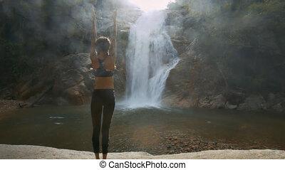 femme, yoga, stands, contre, chute eau, position