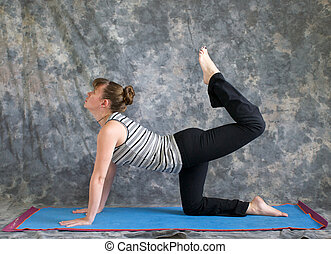 femme yoga vyaghrasana pose variation tigre attitude