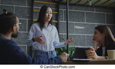 femme, yong, bureau, start-up, moderne, idées, nouveau, créatif, conversation, intérieur, brain-storming, asiatique, équipe, pendant, discuter, projets