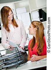 Images et photos de femme dans bureau tenue papiers 5 534 for Bureau de licence
