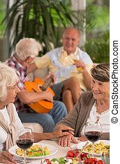 femmes aînées, boire, deux, vin