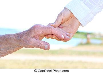femmes aînées, jeune, tenant mains