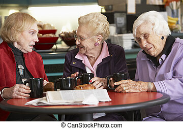 femmes aînées, thé buvant, ensemble