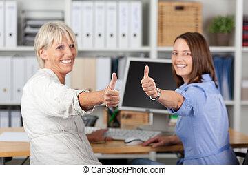 femmes affaires, bureau, pouces haut, faire gestes