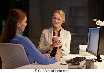 femmes affaires, café, boire, bureau, nuit