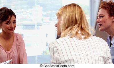 femmes affaires, conversation, avoir