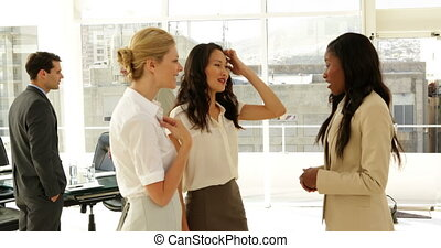 femmes affaires, conversation, ensemble