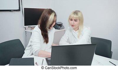 femmes affaires, deux, discuter, travail