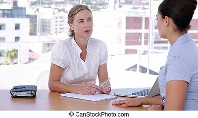 femmes affaires, ensemble, discuter