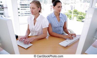 femmes affaires, fonctionnement, ordinateurs