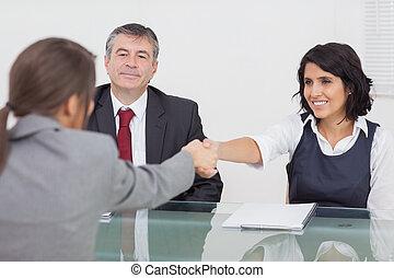 femmes affaires, mains secouer, deux