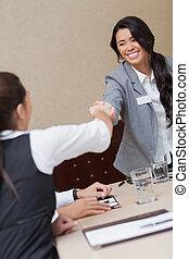 femmes affaires, mains secouer