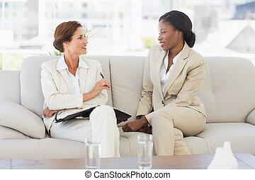 femmes affaires, planification, sofa, agenda, ensemble, heureux