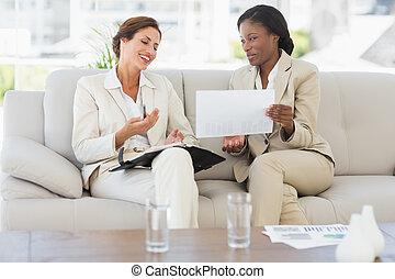 femmes affaires, planification, sofa, rire, ensemble