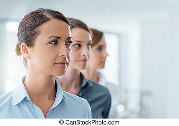femmes affaires, poser, et, regarder loin