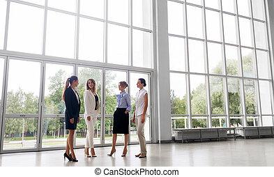 femmes affaires, réunion, conversation, bureau