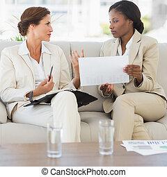 femmes affaires, sofa, réunion, ensemble