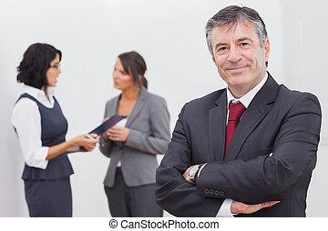 femmes affaires, sourire, deux, homme affaires, parler