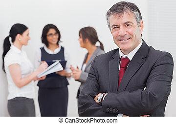 femmes affaires, sourire, trois, homme affaires, parler